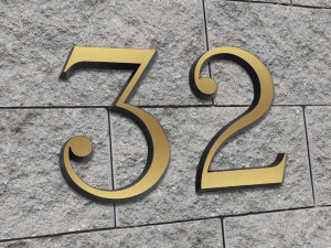 Numero civico in ottone satinato e bordi bruniti