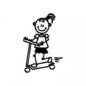 Bambina sul monopattino